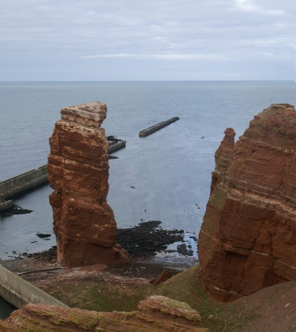 Bild der Langen Anna, dem einzeln stehenden Felsen auf Helgoland, das Wahrzeichen der Insel.