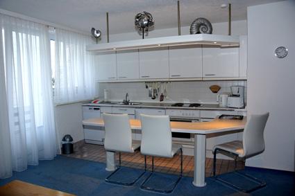 Küchenzeile mit Essplatz.